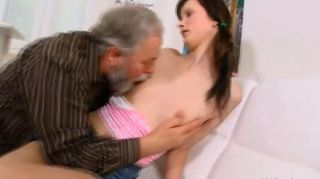 Jenya ama ser follada por el viejo travieso