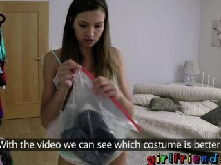 Las novias prueban en la ropa del partido que hace hacia fuera