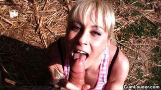 Latina da una mamada en el parque