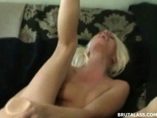 Rubia destruye su coño y culo con consoladores