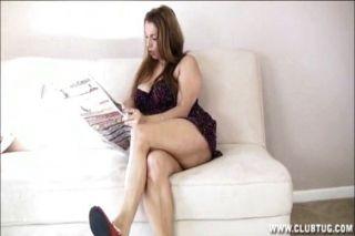 Big titted milf handjob en la sala de estar