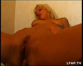 Chica rubia francesa obtiene sexo anal en la cama