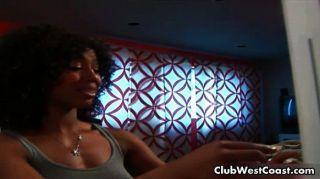 Chica negra sexy en una película de miedo amores