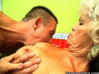 Polla chupar la abuela obtener su coño lamido