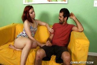 Adolescente pelirroja da una topless handjob