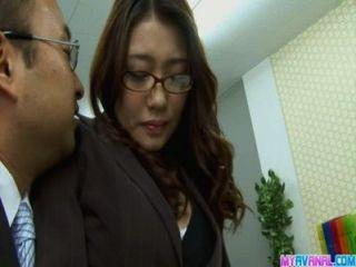 Sexy chica de oficina doblándose y follada hardcore por su jefe