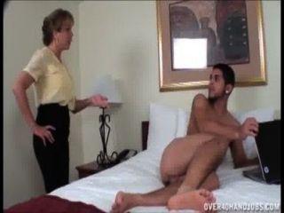 Travieso milf sacudes de un joven desnudo