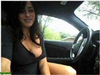 Sexy girl masturbarse y flash en su coche en la cámara
