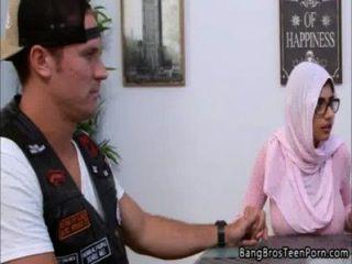 Madre e hija musulmana va en contra de su religión