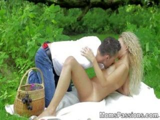 Moms pasiones romántica mierda en una manta de picnic