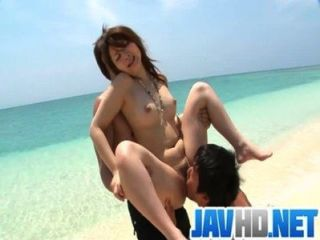 Mayuka follada al aire libre con una creampie asiática sorpresa