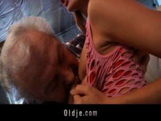 Abuelo afortunado para follar a una pelirroja joven sexy