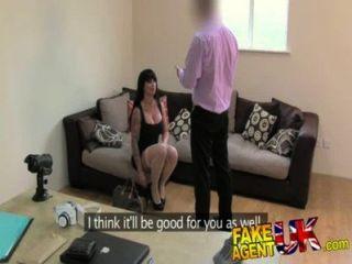 Fakeagentuk apretado coño porno causa problemas de agente en el casting falso