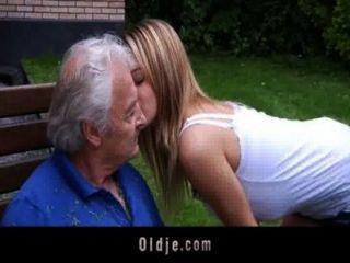 Oldman disfruta de algunas malditas disculpas de desagradable bernice