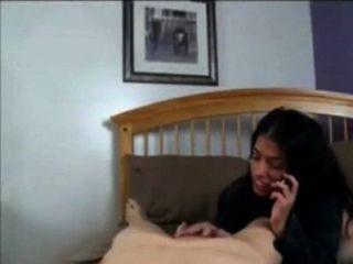 Mamá hablar con papá en el teléfono mientras follando con el hijo