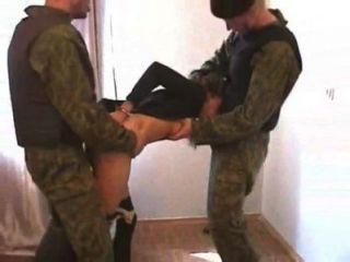 Francotirador forzado a tener relaciones sexuales con dos enemigos