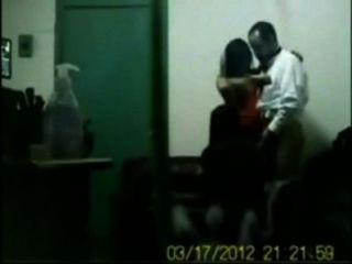 Jefe indio follando a su oficina chicas en sexo de grupo en cabina