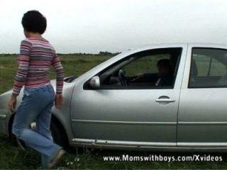 Arreglar mi coche y dejarme chupar la polla