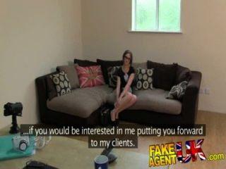 Fakeagentuk petite aussie chick obtiene acción anal en falsos casting