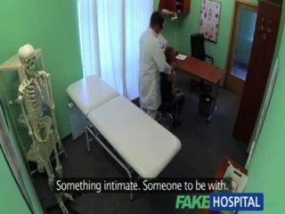 Los doctores del hospital de fakehospital drenan la depresión atractiva de los estudiantes durante la consulta
