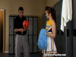 Amateur teen cheerleader follada por el entrenador