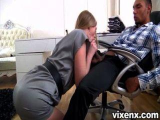 Sexy rubia secretaria milana zorro agradando a su jefe