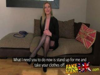 Fakeagentuk vestir clad elegante milf dispuesto a probar todo en el sofá de fundición