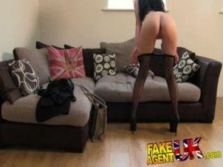 Fakeagentuk sexy medias folleto liverpool niña se extiende las piernas en el casting