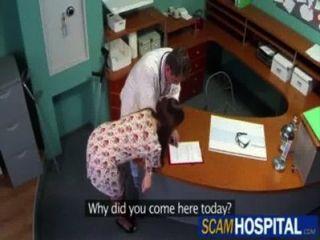 Doctor se folla a su paciente enferma (por egf)