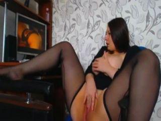 Curvas chica masturbándose al ver porno