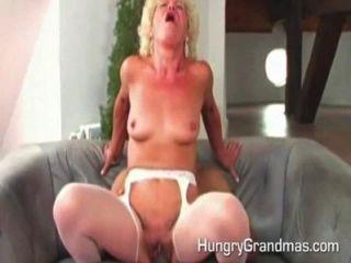 Abuelita caliente está jodiendo
