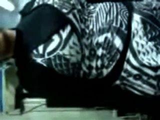 Mujer musulmana quita su ropa y se folla por hindu jefe