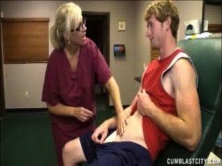 Enfermera rubia tiene una ducha de esperma
