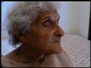 La abuelita muy vieja todavía ama ser follada