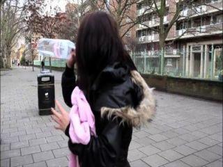 Pornxn chica británica meando en público