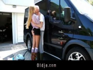 Afortunado abuelo folla adolescente rubia sexy en una furgoneta