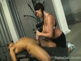 Sophie dee de la polla del gym toma una polla negra grande en su asno en el gym!