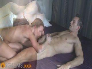 Orgasmos rubia delgada disfruta de pasión apasionada y follando