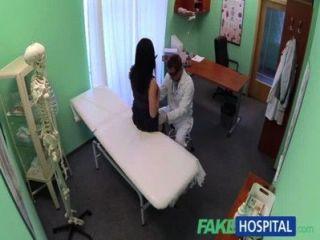 Fakehospital sin seguro de salud hace que el paciente tímido pague