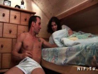 Joven aficionado francés puta coño lamido y culo follada por su compañero de cuarto