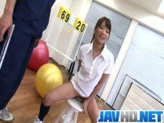 Suzu minamoto obtiene su coño follada con juguetes sexuales