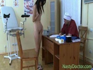 Vagina adolescente examinado por un doc
