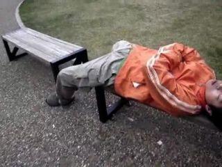 Japonés jugando con durmiendo chicos dick en público