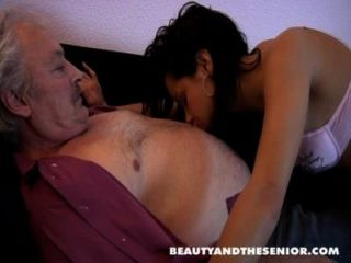 Bruce un hombre viejo sucio le encanta follar a las niñas como petra