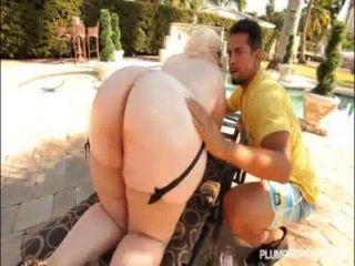 Big booty pawg klaudia kelly obtiene culo aceitado n follada fuera