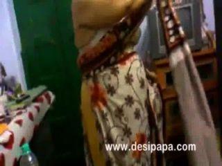 Bhabhi indio maduro que cambia en tetas grandes del dormitorio expuestos