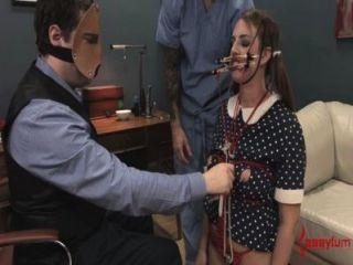 Chicas trastornadas de muñeca obtiene follada y assfucked con atm