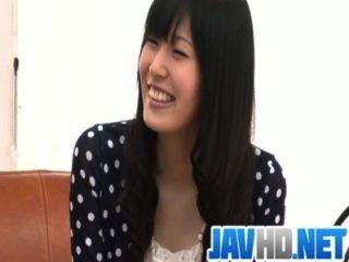 Nozomi tiras desnudas y da una mamada asiática