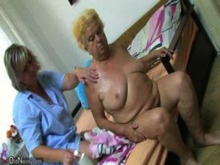 Mujer madura con consolador en la abuelita regordeta