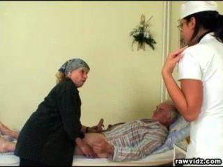 Enfermera nubile obtiene un espectáculo